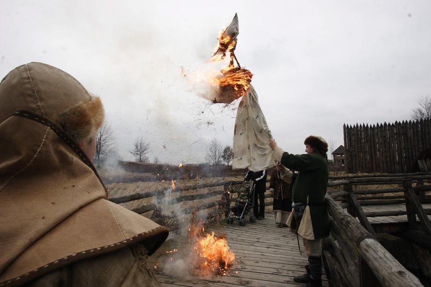 Święto Jaryły - pogański obyczaj palenia kukły symbolizujący przepędzenie zimy i powitanie wiosny