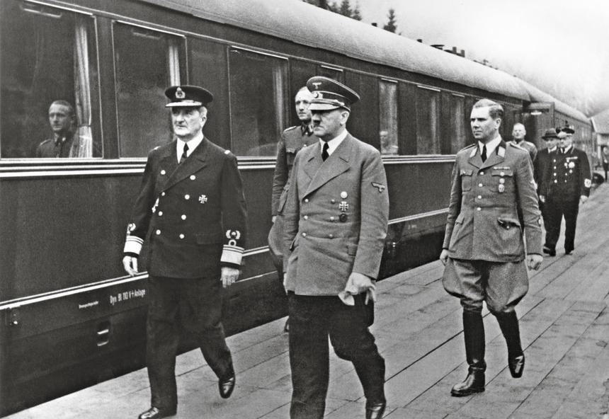 Regent Miklós Horthy (z lewej) z Adolfem Hitlerem w czasie kampanii bałkańskiej, za nim Albert Bormann, adiutant Hitlera, 24 kwietnia 1941 r.
