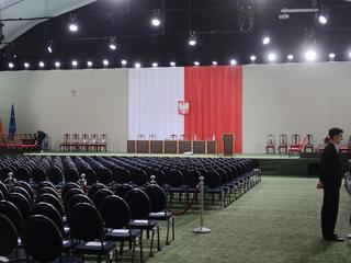 PiS świętuje, opozycja bojkotuje, a obywatele protestują