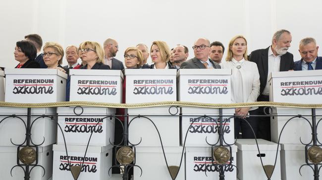 Opozycja zlozyla wniosek o referendum