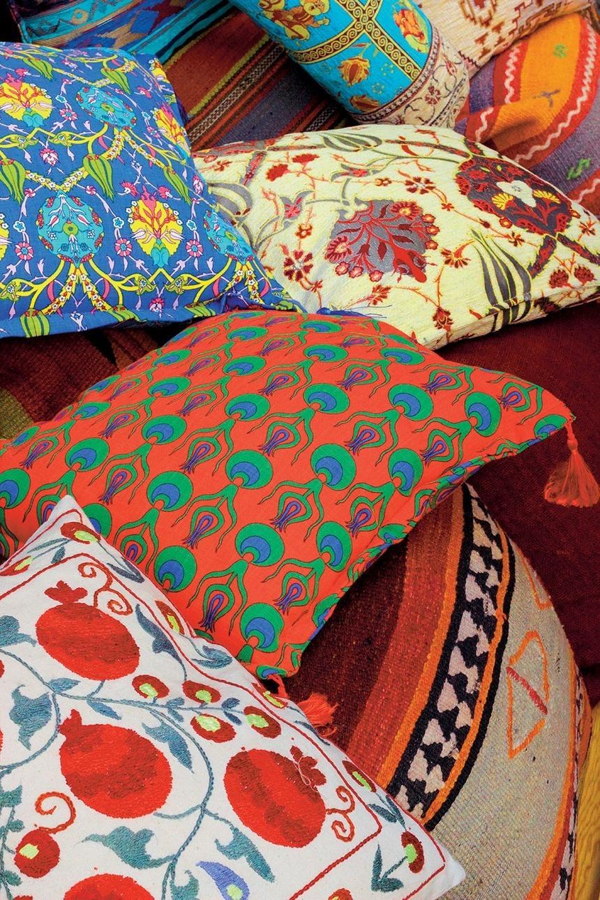 Folklor króluje w tekstyliach. Etniczne wzory dodadzą nam energii w jesienne wieczory.