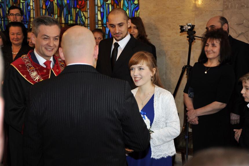 10 stycznia 2015 roku. Robert Biedroń jako prezydent miasta pierwszy raz udzieli ślubu młodej parze