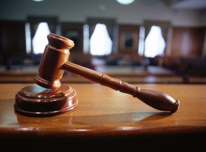 sąd młotek trybunał sala sądowa