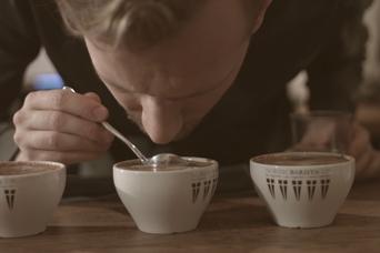 Zaparz kawę jak w najlepszej kawiarni. Posłuchaj jak robi to barista