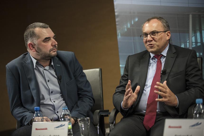 """Dariusz Ćwiklak – dziennikarz """"Newsweeka"""" (z lewej) oraz Dariusz Kuś - prezes Portu Lotniczego Wrocław."""