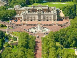 Pokaz mody w Pałacu Buckingham