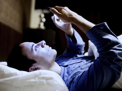 sen bezsenność spanie smartfon światło
