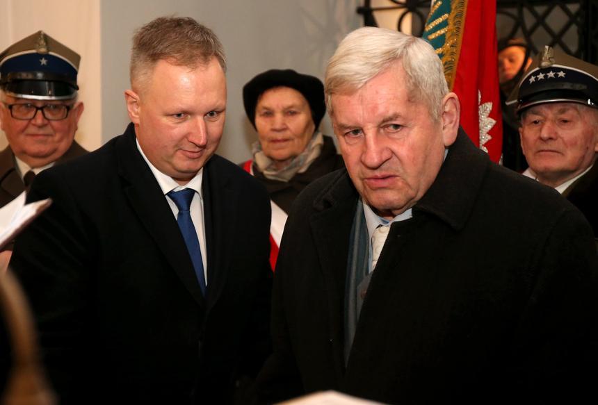 Obchody 70. rocznicy śmierci Józefa Kurasia. Od lewej Bogdan Ścibut, dyrektor generalny MON, i Zbigniew Kuraś