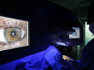 Laserem w oczy