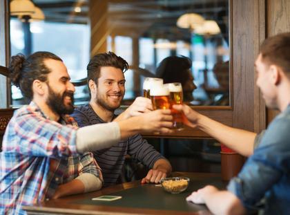 piwo koledzy mężczyźni pub