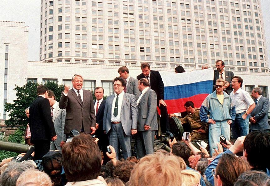 19 sierpnia 1991 r. Borys Jelcyn na pojeździe opancerzonym podjechał pod budynek władz.