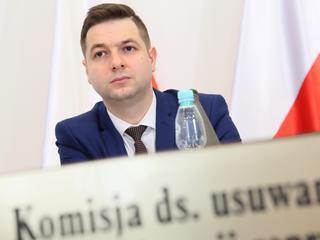 Jaki zmienia stanowisko i zwalnia dyrektora aresztu, w którym zmarła Agnieszka Pysz