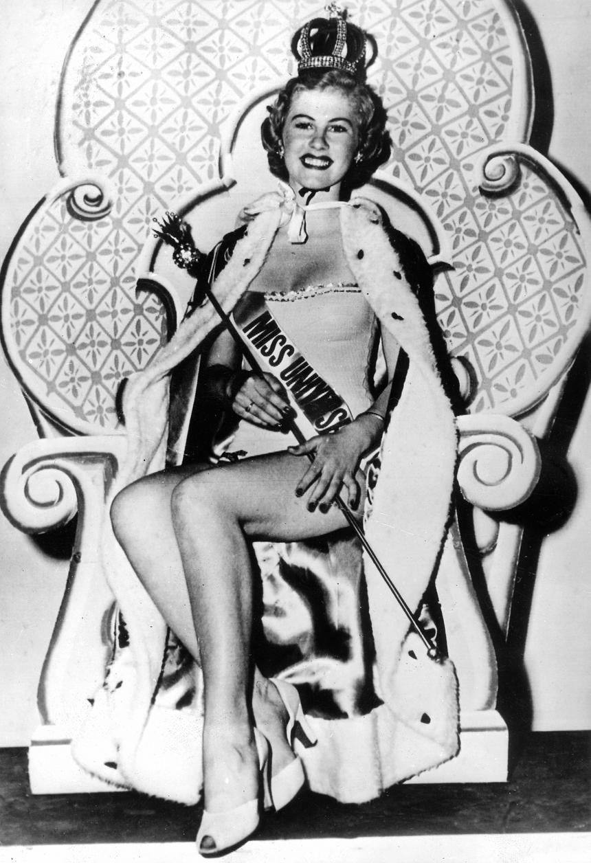 Koronę ślubną Romanowów wypożyczyli organizatorzy konkursu Miss Universe. Na zdjęciu ukoronowana nią Armi Kuusela z Finlandii, Miss z 1952 r.