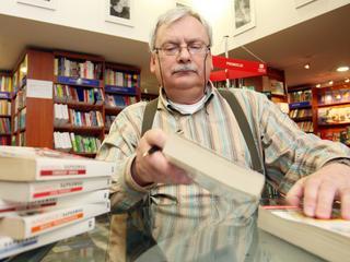 Monitor i klawiatura, słowniki, leksykony i encyklopedie w zasięgu ręki - Andrzej Sapkowski opowiada o swoim dniu pracy