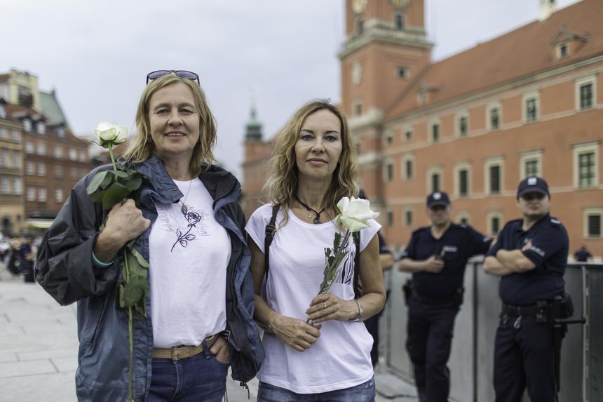 Ewa Topór-Nawarecka (po lewej stronie) i Sława Rafalak– działaczki pomorskiego KOD.