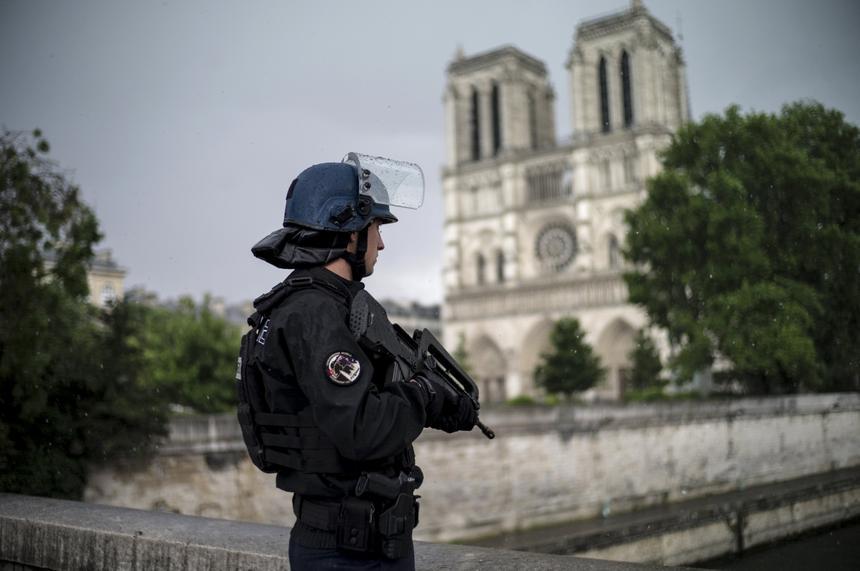 Policjant przed katedrą Notre Dame