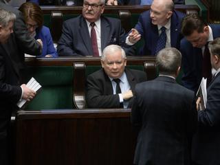 Decyzją o zwrocie premii Jarosław Kaczyński podważył fundamenty swego panowania