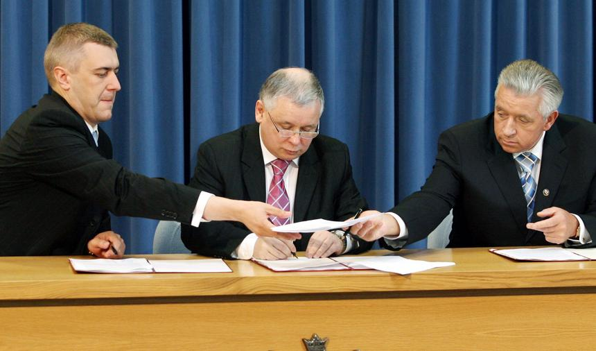 Premier Jarosław Kaczyński raz wicepremierzy Andrzej Lepper i Roman Giertych podpisują aneks do umowy koalicyjnej
