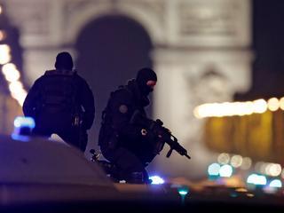 W strzelaninie na Polach Elizejskich zginął policjant. Jeden z poszukiwanych zgłosił się na policję