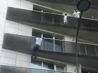 Nielegalnym imigrant po balkonach wspiął się na czwarte piętro. Uratował dziecko [WIDEO]