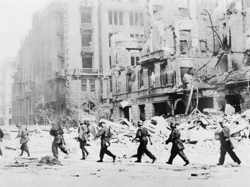 Warszawa sierpień 1944. Żołnierze AK biorący udział w powstaniu warszawskim, ul. Jasna - reprodukcja.