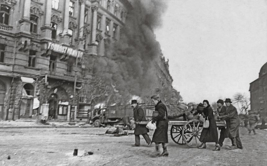 Mieszkańcy Budapesztu wracają do miasta po zakończeniu walk, luty 1945 r.