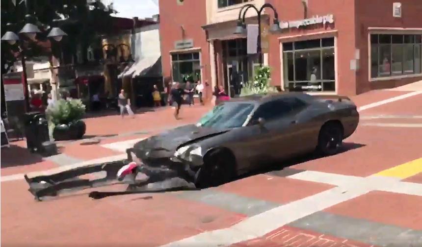 Samochód, który uderzył w tłum demonstrantów w Charlottesville zabijając jedną osobę
