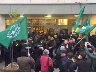 """Zamieszki pod Teatrem Powszechnym. Narodowcy blokowali """"Klątwę"""""""