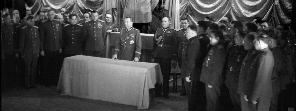 """Libacje, szaber i """"frontowe żony"""". Kim byli ci sowieccy oficerowie?"""