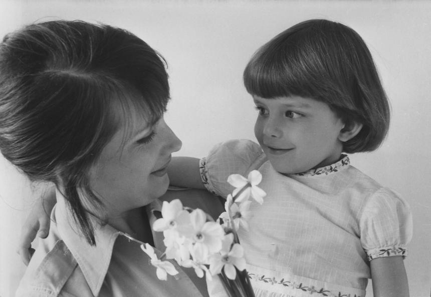 """Moja mama nie pamięta, żeby """"tonęła"""" czy zastanawiała się, na ile jest dobrą, na ile złą matką. Także wtedy, gdy znowu nie zdążyła na którąś z wywiadówek, znowu nie zrobiła obiadu czy jeszcze nie zrzuciła zbędnych kilogramów."""
