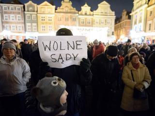 """""""Chcemy weta"""". Wróciły masowe protesty przeciwko reformie sądownictwa"""