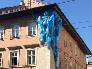 Pół miliona za płachtę tkaniny? Ta artystyczna instalacja wywołała burzę. Słusznie?