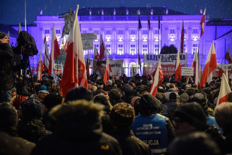 manifestacja Klubów Gazety Polskiej przed Pałacem Prezydenckim