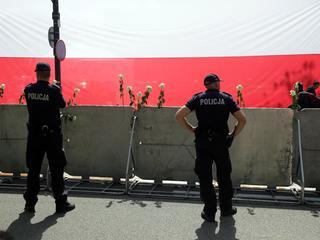Polski parlament został otoczony metalowymi barierkami i kordonem policji