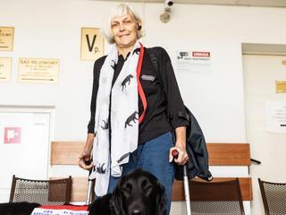 Zwolnili niepełnosprawną, bo przyszła do pracy z psem