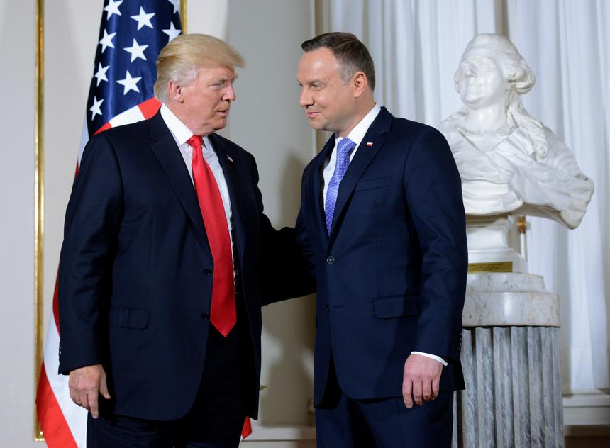 Prezydent Stanów Zjednoczonych Ameryki Donald Trump i prezydent RP Andrzej Duda podczas powitania na Zamku Królewskim w Warszawie.
