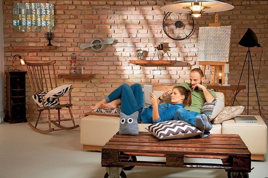 Stoliki z palet albo skrzynek, szafki z drabiny. Najmodniejsze w tym sezonie są meble z materiałów z odzysku.