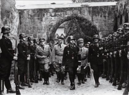 Uroczyste obchody tysięcznej rocznicy śmierci Henryka i Ptasznika na zamku w Quedlinburgu. Reichsfu¨hrer SS w drodze do kolegiaty z gośćmi honorowymi, od lewej: Hans Frank, Wilhelm Frick i Robert Ley, 1 lipca 1936 r.