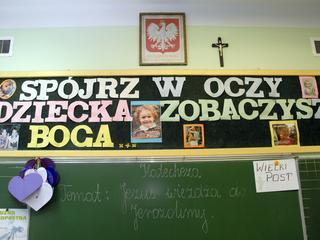 Czego uczy polska szkoła? Świętość życia ważniejsza od fake newsa