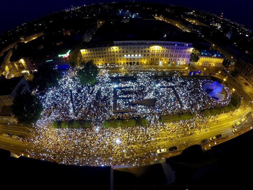 """Utworzony ze świec i telefonów podczas """"Łańcuch Światła"""" w Poznaniu napis """"veto""""."""