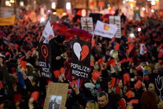 """""""Czerwona kartka dla rządu"""". W całym kraju tłumy na Ogólnopolskim Strajku Kobiet!"""