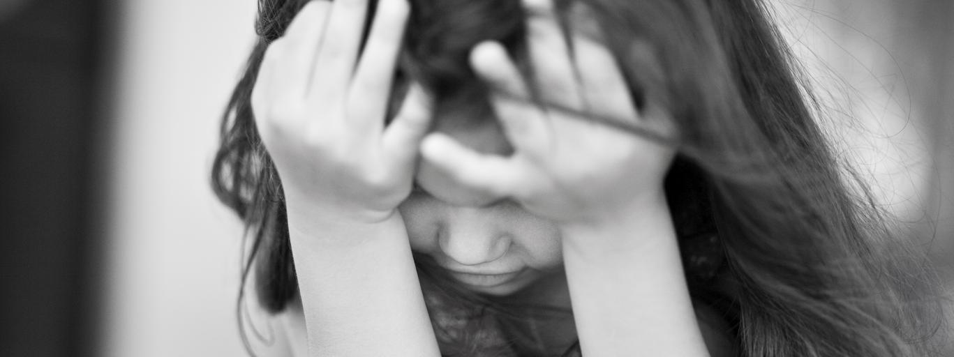 dziecko smutna dziewczynka przemoc