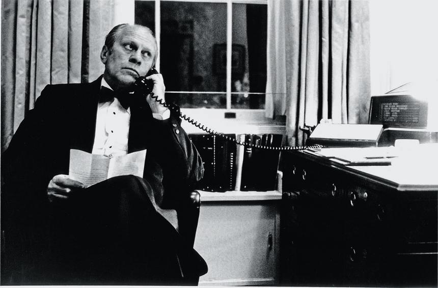 Ambitny Gerald Ford tylko czekał na okazję, by zaistnieć w roli przywódcy. Opuścił uroczysty obiad z premierem Holandii, by przez telefon dowodzić bitwą na Morzu Południowochińskim. Waszyngton, Biały Dom, 14 maja 1975 r.