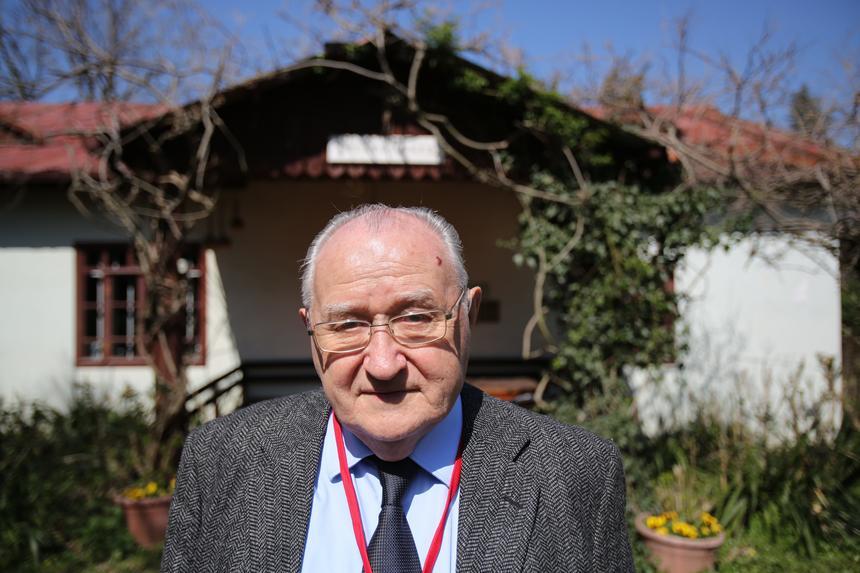 Antoni Dohoda przed swoim domem w Adampolu.