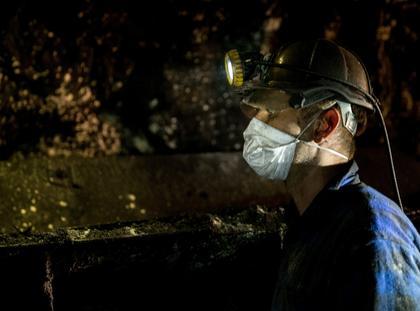 Górnicy przy taśmociągu kopalnia wydobycie węgla górnictwo węgiel