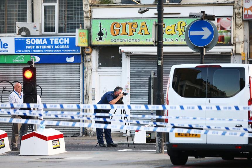 Śledczy badają furgonetkę, która posłużyła do przeprowadzenia ataku