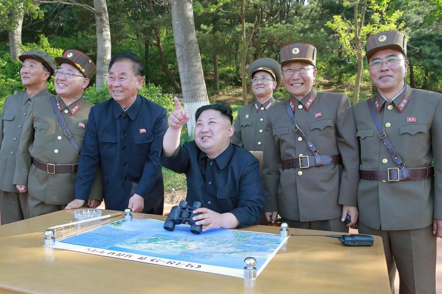 Kim Dzong Un obserwuje test jednej z północnokoreańskich rakiet