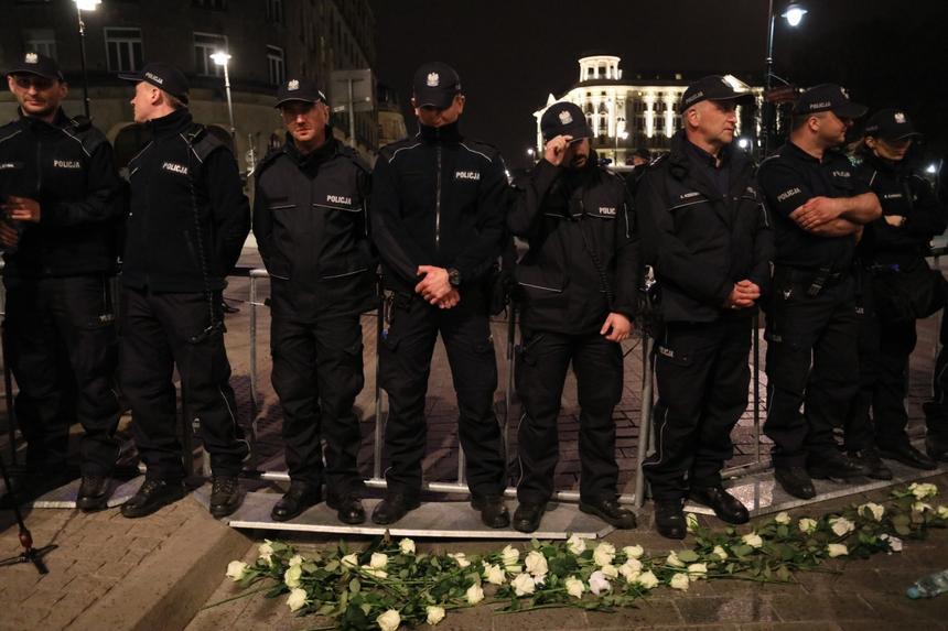 Kordon policji blokuje Ostatnią Kontrmiesięcznicę zorganizowaną przez Ruch Obywateli RP