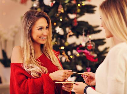 Opłatek łamanie się opłatkiem święta choinka wigilia kolacja wigilijna kobiety