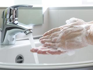 Polaku, myj ręce!
